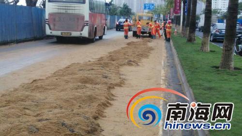 该罚!渣土车污染路面海口10多名环卫工扫了5小时