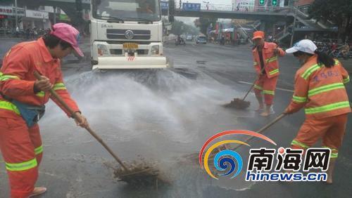 海口10多名环卫工冬天赤脚清洗路面感动路过市民