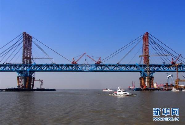大桥是我国沿海铁路大通道沪通铁路控制性工程,连接张家港市和南通市