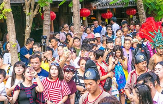 春节临近超50万东北人来三亚 景区海滩人头攒动