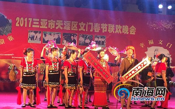 <b>三亚天涯区文门村举办春晚当地大学生与村民同登台</b>