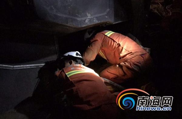 一客车在儋州侧翻致两乘客被困 消防破拆救援