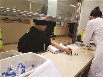 抽血自拍图片_交警将汪某带到医院抽血固定证据.