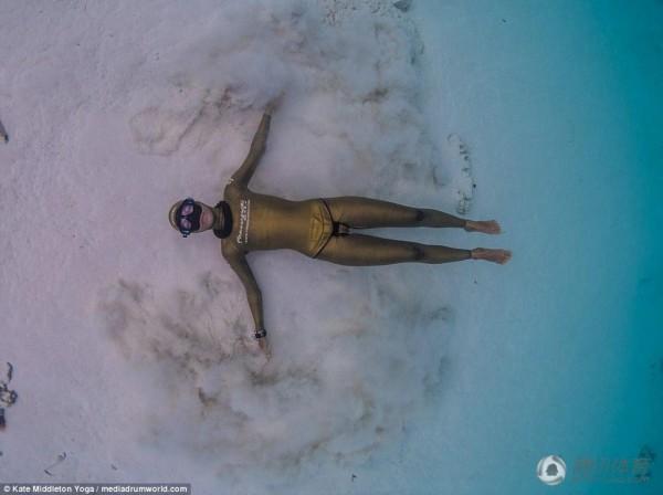 美到窒息!瑜伽水下憋气秀高难度美女宁夏明星美女图片