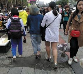 乍暖还寒,海口街头冬夏装齐上阵