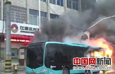 公交车突发火情 女司机及时停车断电乘客安全疏散