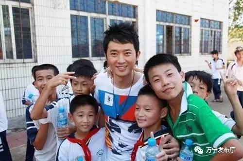 2010年9月17日,国内当红演员任泉来到海南(海口)特殊教育学校看望聋哑