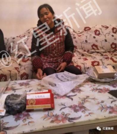 犯罪嫌疑人胡某的母亲冉某。图片来源:红星新闻