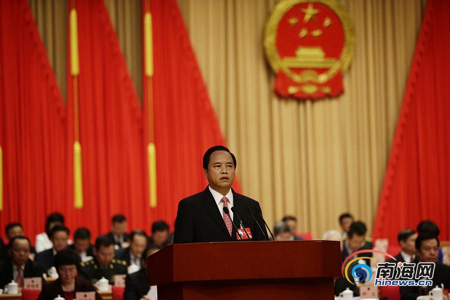 2月20日,海南省省长刘赐贵向大会作政府工作报告