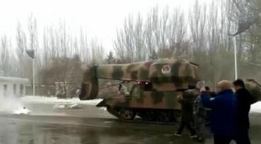 包头除雪出动坦克 底盘还加装飞机发动机