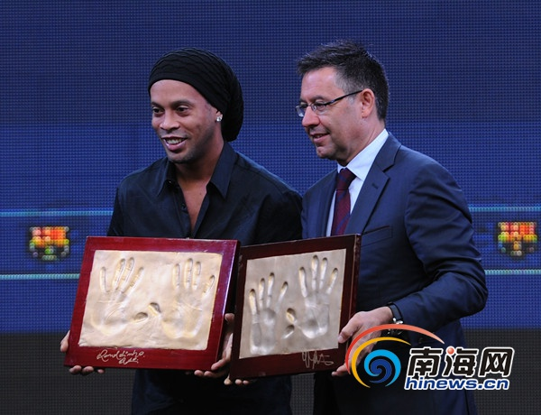 巴塞罗那足球俱乐部主席巴托梅乌、两届世界足球先生获得者罗纳尔迪图片