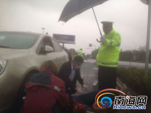 冷雨温情!女子遇车祸躺街上 海口交警撑伞半小时