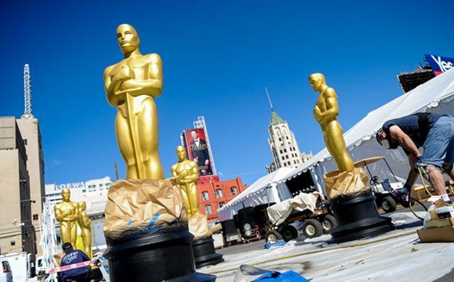 工作人员为将在奥斯卡颁奖典礼上使用的小金人塑像喷漆.-奥斯卡颁