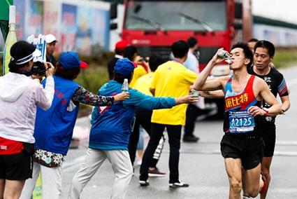 护航三亚国际马拉松 2000名志愿者成特殊风景