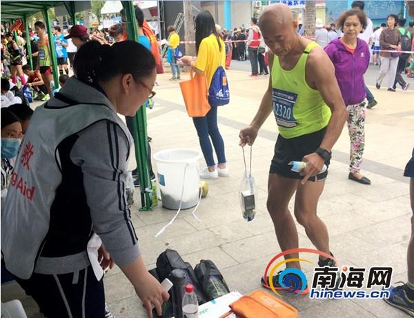 2019海南国际马拉松开跑三亚市人民医院60名医务者平安护航