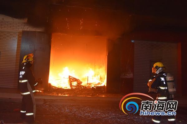 <b>陵水一铺面凌晨着火3人被困消防及时救出</b>