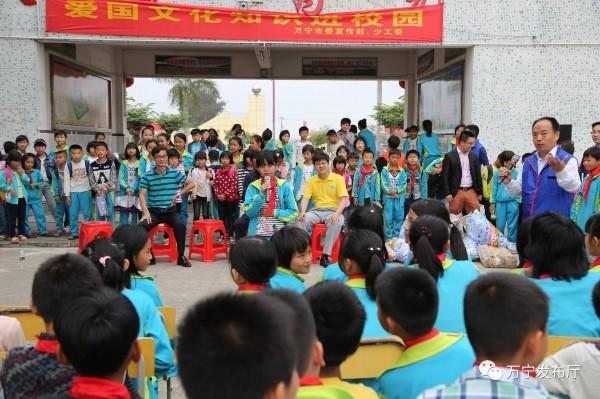 万宁宣传部长跟小学生交朋友 传授爱国文化知识