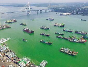 文昌清澜港渔船穿梭忙 碧海蓝天彩船美如画