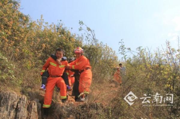 女子爬山摔断脚腕被困 消防官兵轮流背她下山(图)