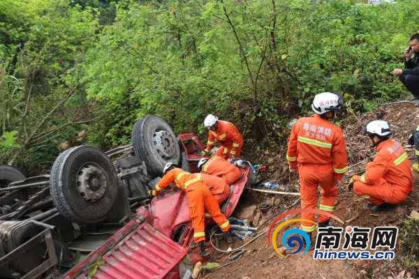 东方一货车掉入桥下翻车两人被困消防驰骋救援