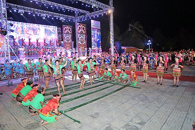 """海南""""三月三""""儋州分会场文艺晚会在南丰举行"""