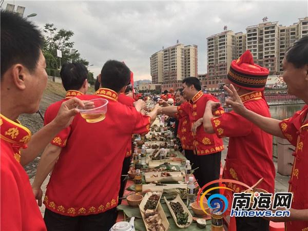 """白沙""""三月三""""长桌宴近三千人同席外国游客点赞"""