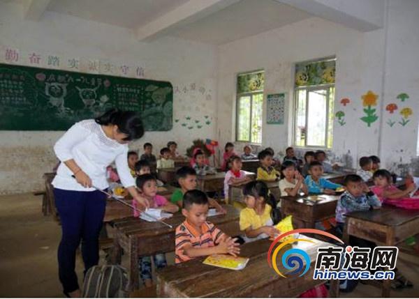 辣妹子文劲芳不慕荣华 十年坚守陵水山区教英语