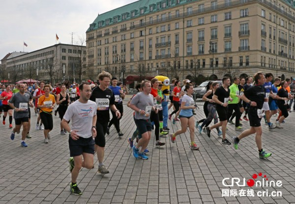2017柏林半程马拉松开跑 运动和娱乐并存