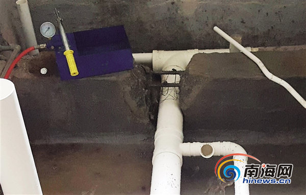 一业主将卫生间承重梁混凝土结构砸开缺口.