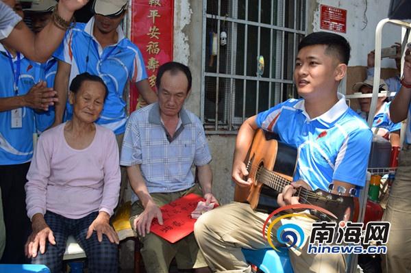 三亚志愿者慰问孤寡老人歌手赵小熙暖心献唱
