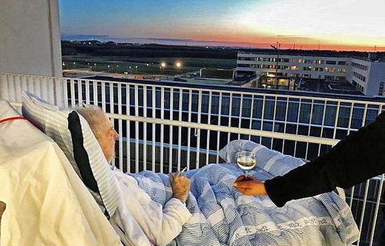 丹麦垂死老人夕阳下抽烟喝酒 安然迎接死亡