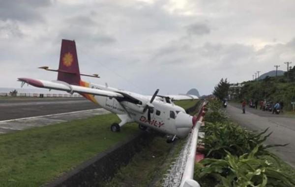今天(13日)下午3点半左右,台湾德安航空由台东飞往兰屿的DHC6-400机型飞机,在准备降落兰屿机场时,疑因侧风太强,滑出跑道,冲进水沟撞上围篱后才停住。事故造成飞机机鼻和引擎受损,机上17名乘客和2名机组人员均未受伤,已平安离开飞机。航空公司表示,飞机确切的受损状况还要进一步检视才能确认。   德安航空原名达信航空,1993年成立,目前以高雄机场和台东机场为中心。兰屿机场位于方圆45平方公里的兰屿岛,该岛处在台湾本岛东南方的太平洋上。(央视记者 赵超逸)