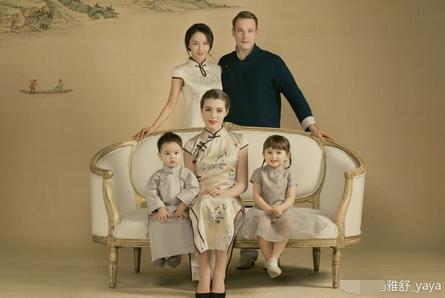 和丈夫带着一双儿女拍摄古风版全家福,两个孩子笑对镜头,十分可爱.