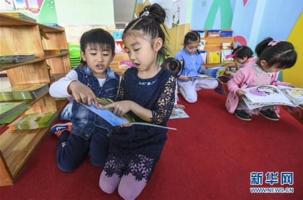 河北景县一个幼儿园的小朋友在读书