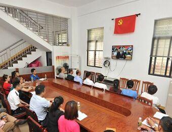 文昌社区党干和群众观看党代会直播 认真学习