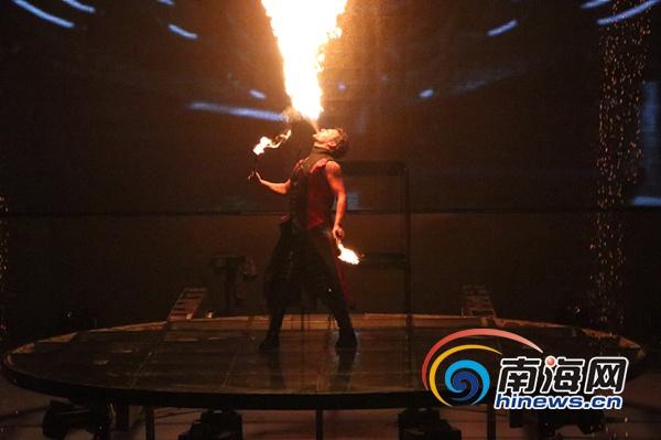 三亚世界奇人大舞台迎来首次演出 观众直呼过瘾精彩