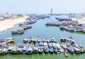 南海进入伏季休渔期 渔船停泊在崖州中心渔港
