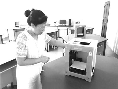 """海口一中高一开设3D打印课程 学生成小小""""发明家"""""""