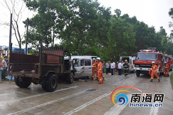 屯昌一面包车与农用相撞致1人被困 消防破拆救人