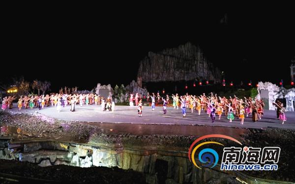 湖北网媒行探访恩施大峡谷观看震撼实景演出《龙船调》
