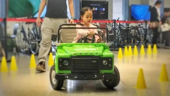 娱乐动态    特斯拉同款电动发动机为核心的轰轰儿童汽车,不是玩具车