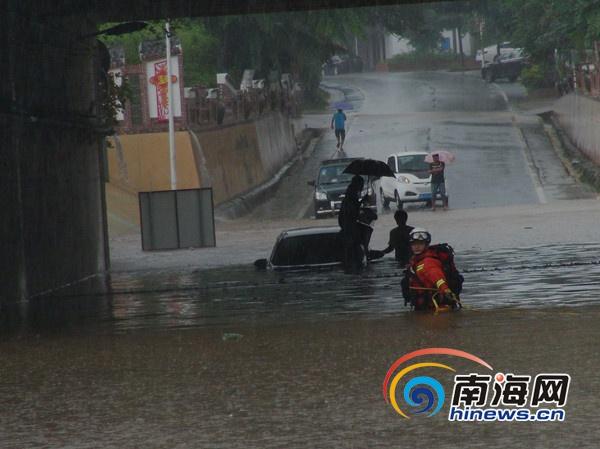 琼海暴雨致轿车被淹3人被困 消防出手救助