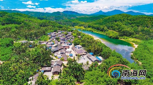 加脑村位于万泉河上游东岸,依山傍水,风景优美. 本报记者 陈元才 摄