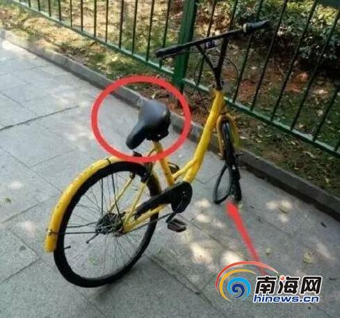 """骑车不小心摔倒两名在校生用脚踩""""小黄""""撒气"""