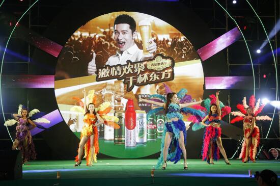 吹海风、看节目喝啤酒东方第三届青岛啤酒节激情狂欢进行中