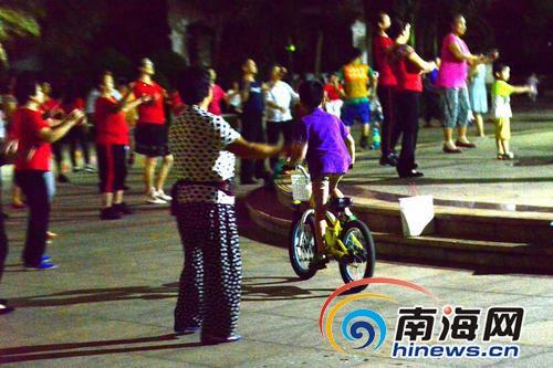 儿童在小区内骑单车撞到人怎么办海口交警:按交通事故处理