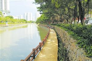<b>海口美舍河长堤路示范段亲水栈道护栏开建预计6月1日开放</b>