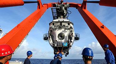 """""""蛟龙""""号找回留在深海的仪器"""