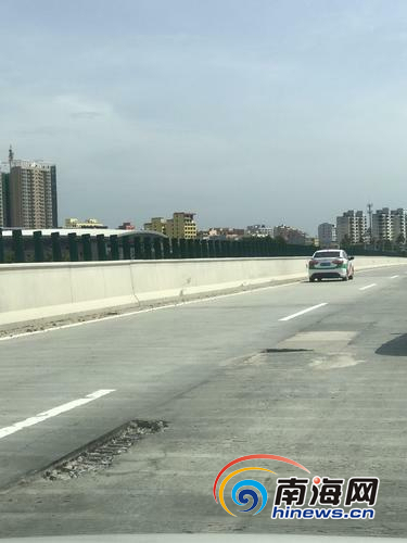 """路面破损""""咬""""住汽车车轮事发陵水往三亚方向高速路"""