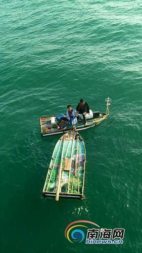 洋浦两男子自制舢板船海钓